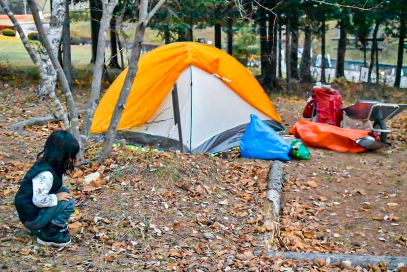 市民の森キャンプ場でテント設営