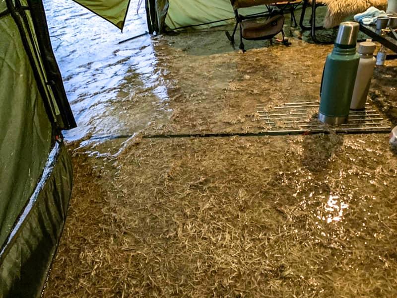 雨水が溜まったテント内