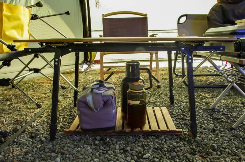 飲食類の小物はテーブルの下に纏める