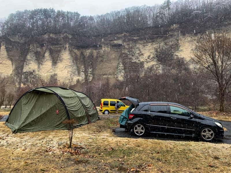 テントやタープの入り口に車を横付けする