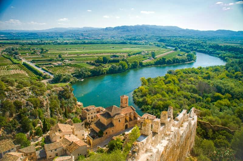 お城から眺めるミラベット村とエブロ川