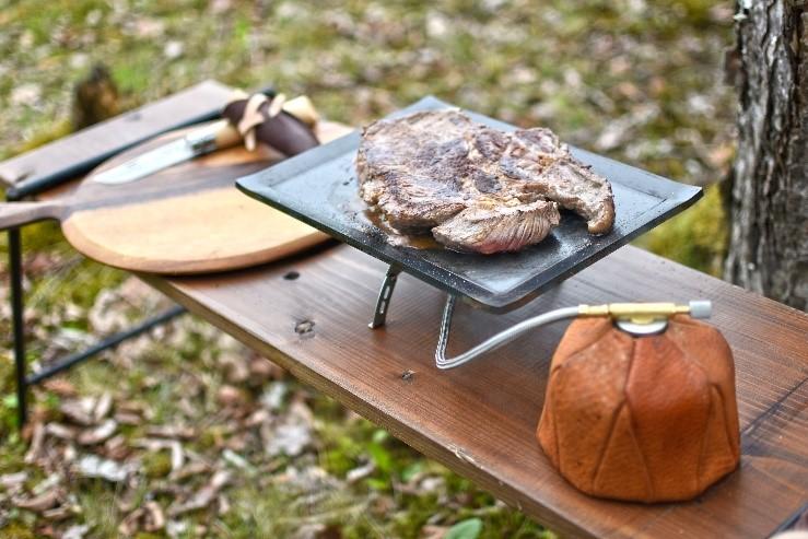 キャンプ飯と革製品