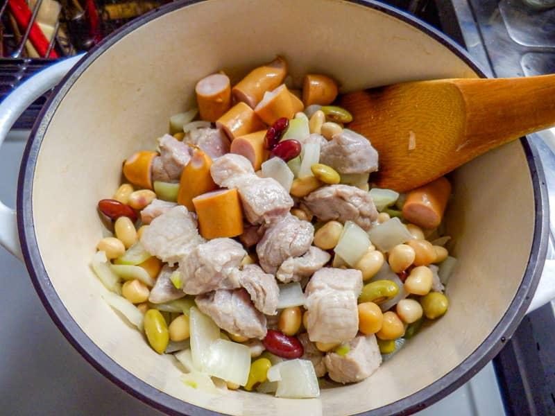 フェジョアーダ-豆とウインナー投入