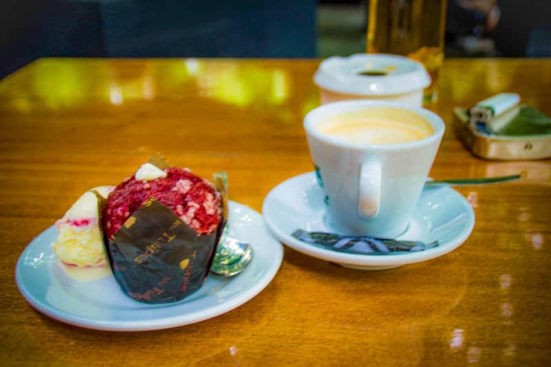 朝味わうラズベリーマフィンとコーヒー