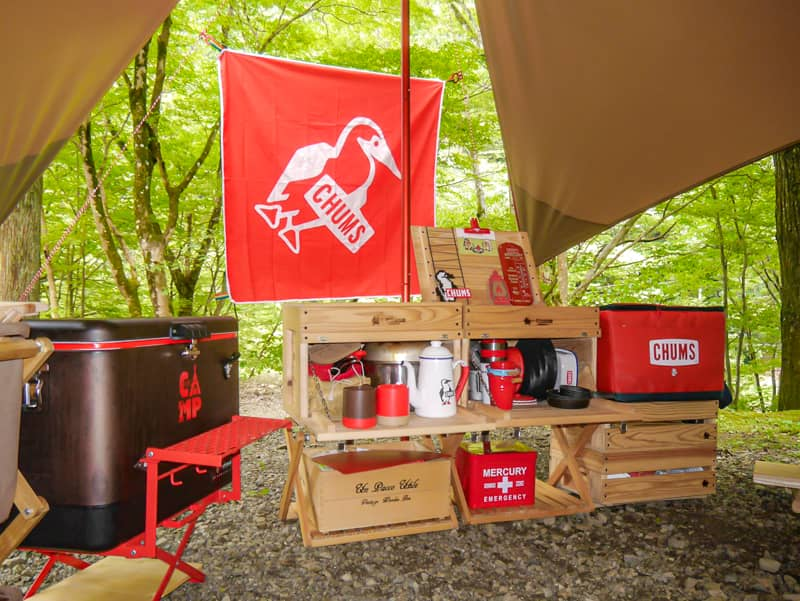 おしゃれな木製ギアに囲まれたキャンプ