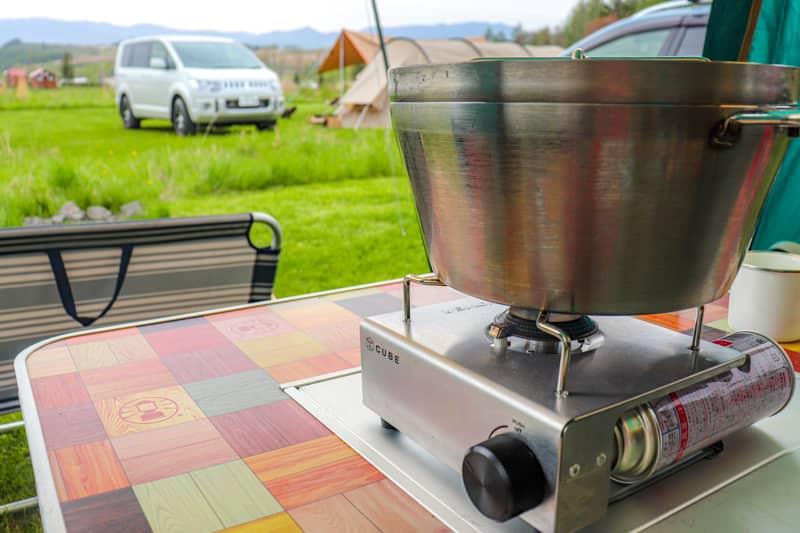 ガスバーナーを使ってキャンプ料理