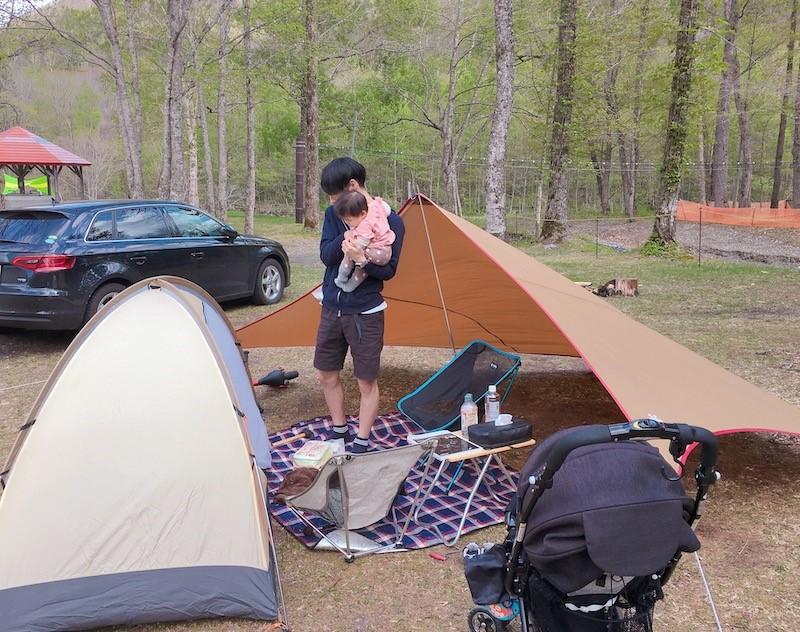 デイキャンプを楽しんでいる男性と子供