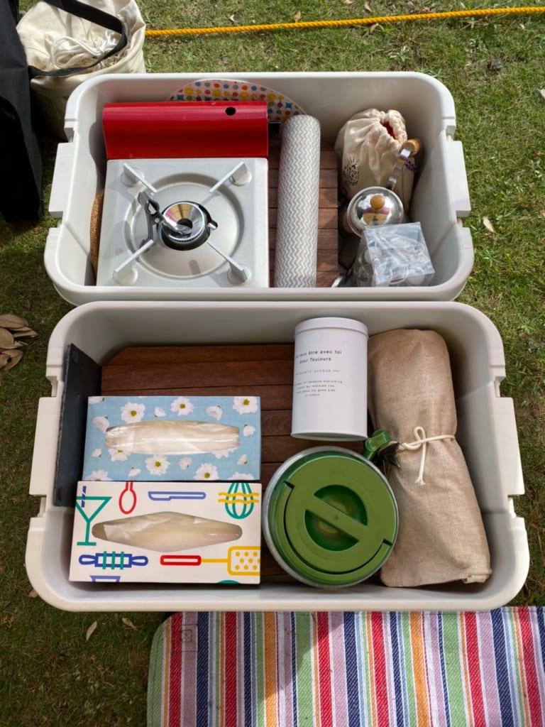 収納ボックスにまとめられたキャンプ用品
