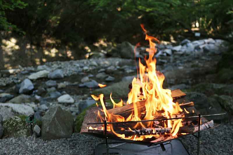 川辺で焚き火