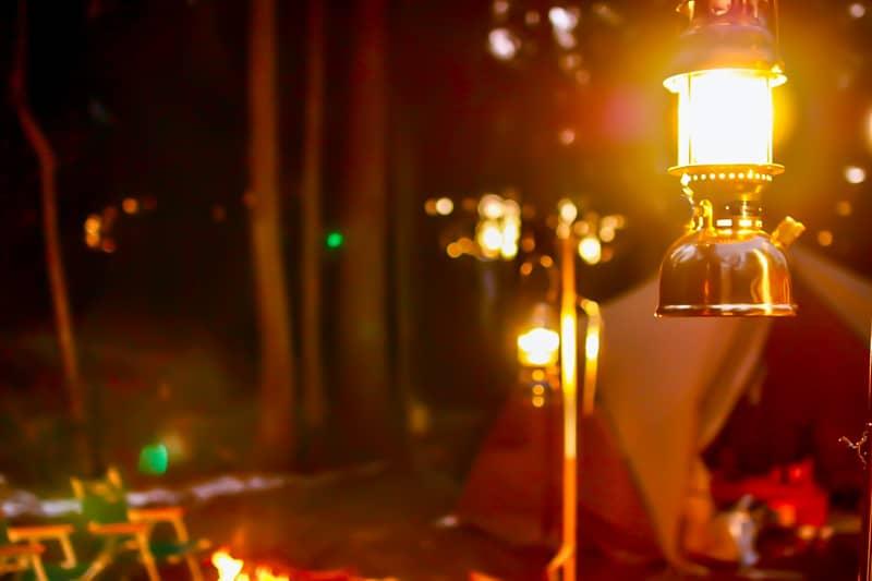 暗くなったキャンプサイトを照らすランタン
