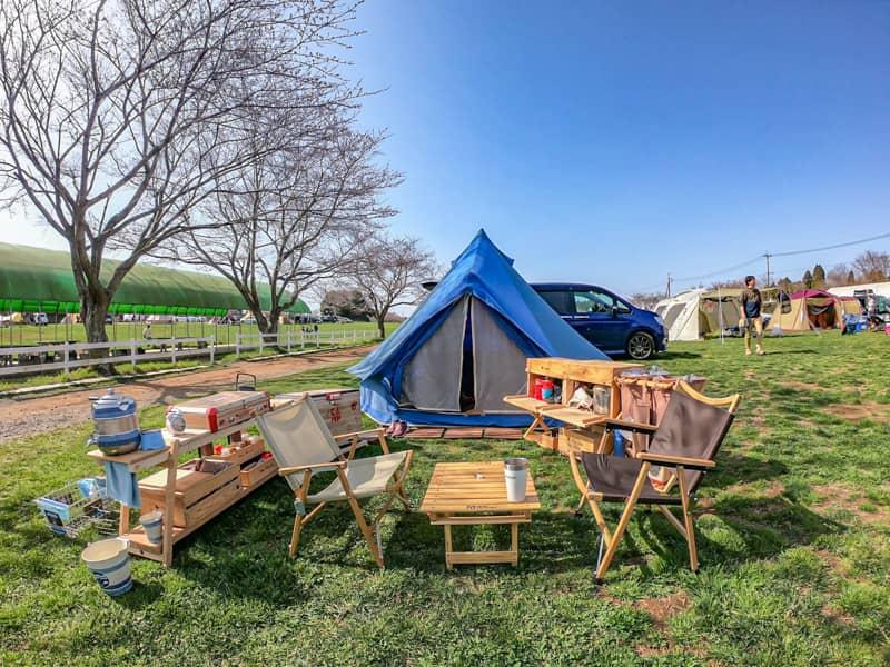 木製ギアでまとめられたおしゃれなキャンプ