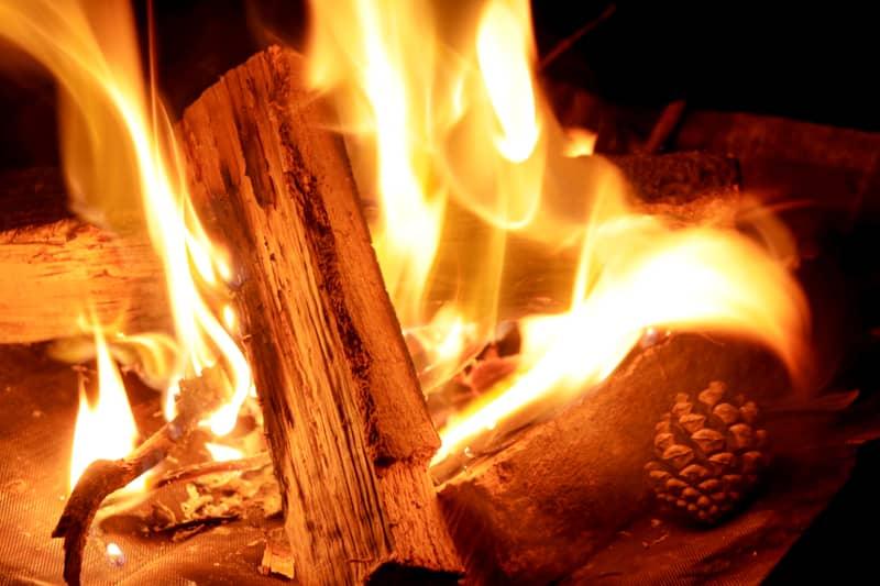 焚き火を眺める