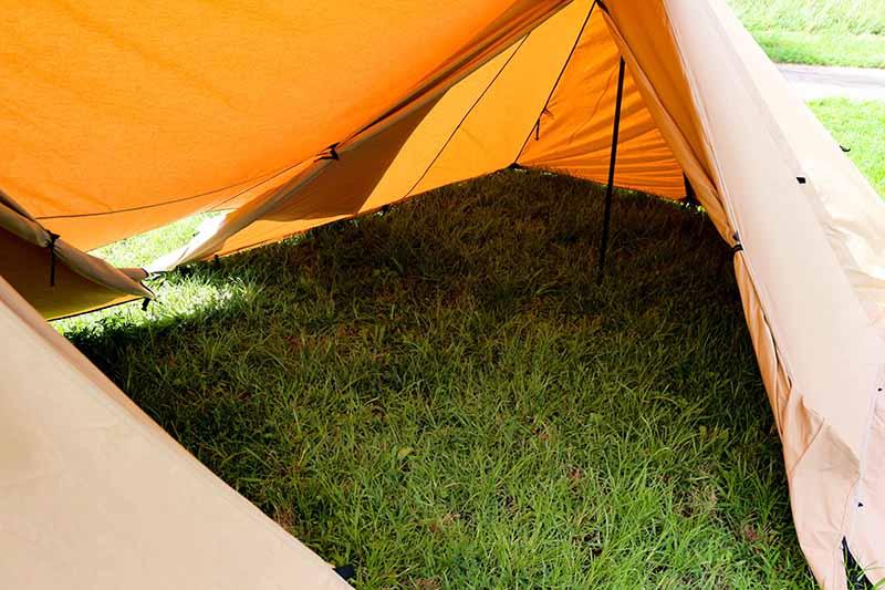 1-44連結して広くなったテントの中