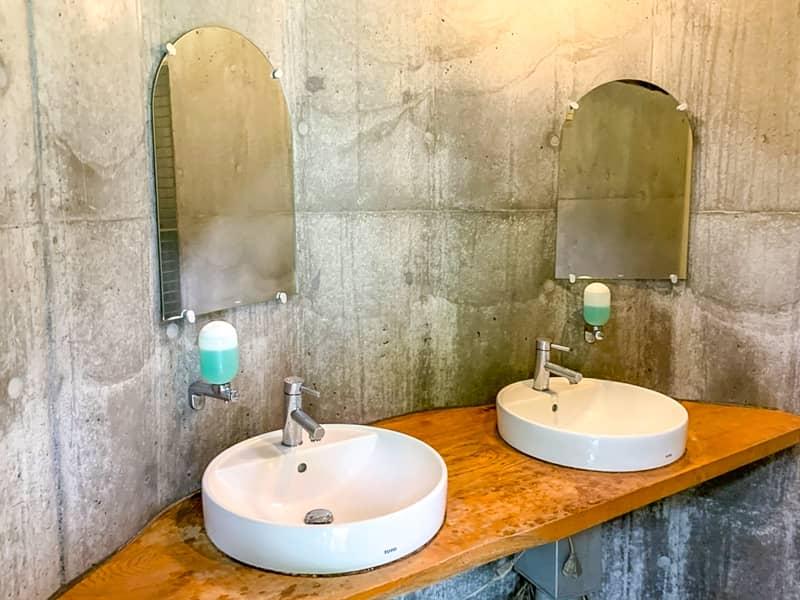 オシャレな鏡付きの洗面台
