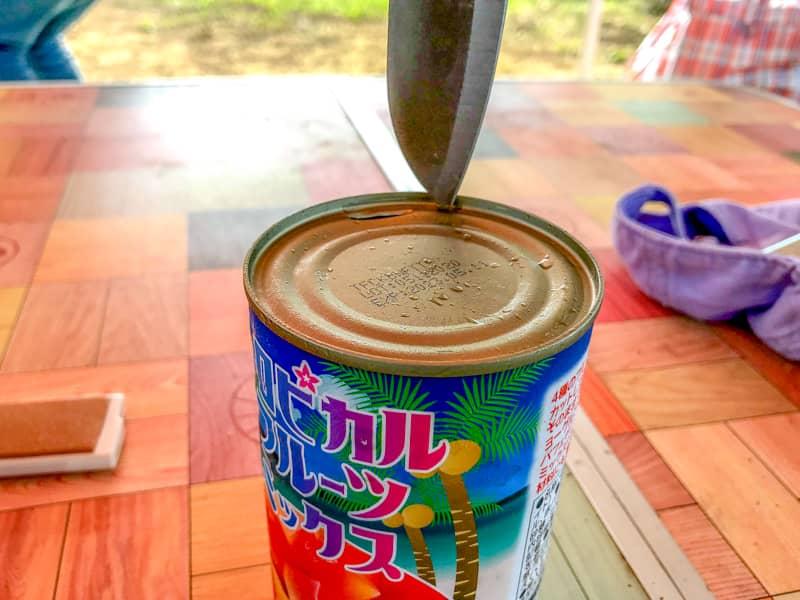 缶詰をナイフで開ける