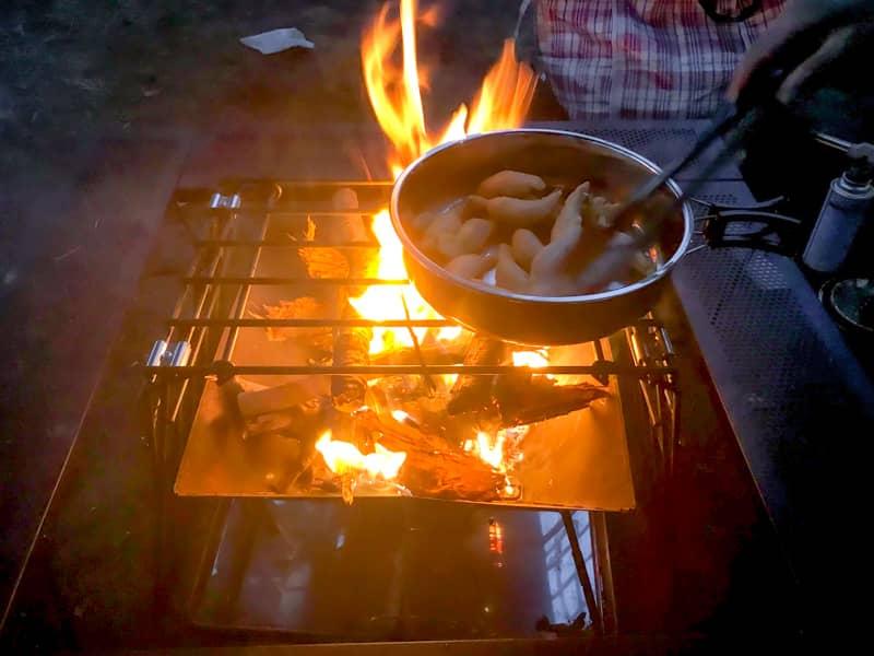 自作ロストルで食材を焼く