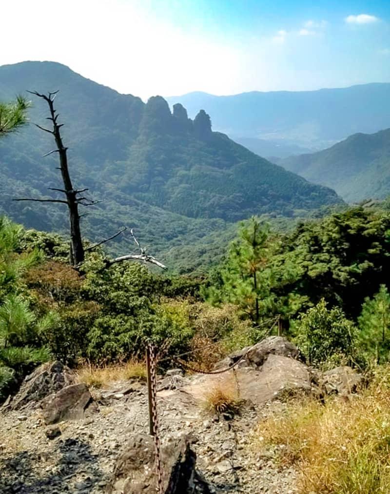 青螺山から見返峠への岩場1