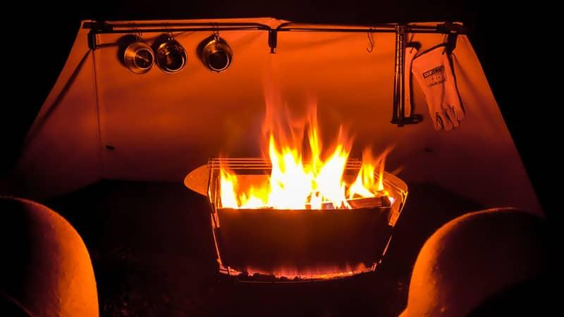 炎が立ち上る