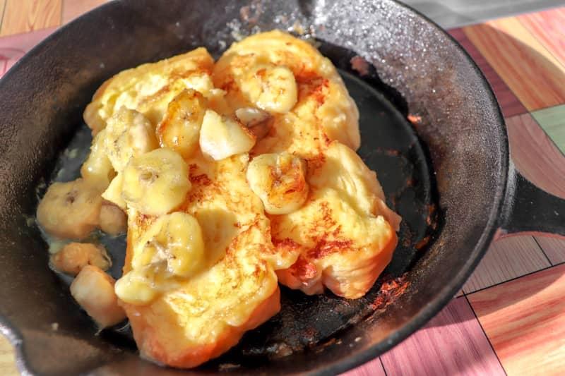 キャンプの朝食にスキレットでフレンチトーストを作ろう!冷凍OKの仕込み方法も公開