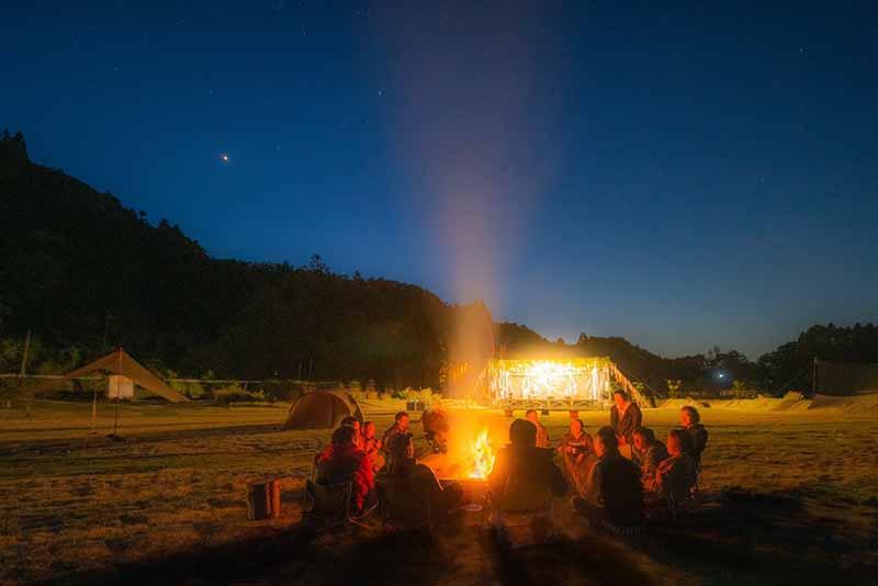 イベントの夜に焚き火を囲む