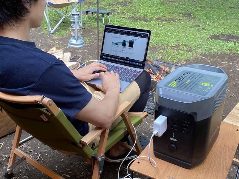 キャンプ場でノートパソコンを使って仕事