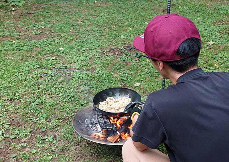 ハンキングを使って焚き火とフライパンで調理