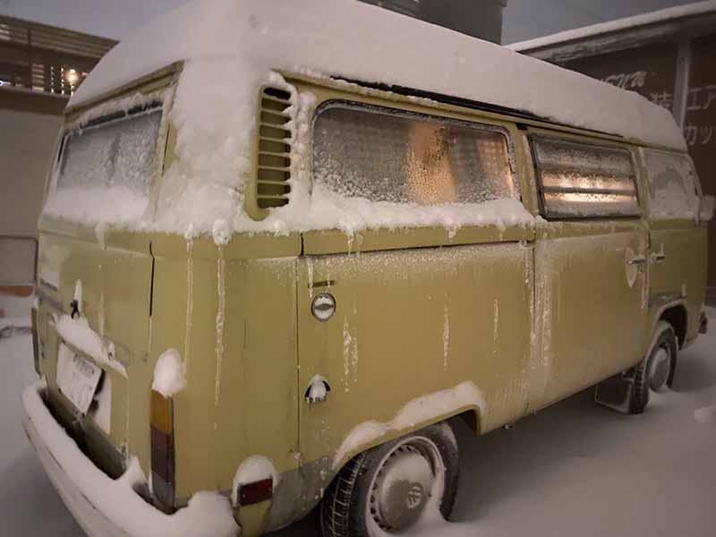ワーゲンバスに雪が積もる