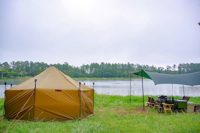 池沿いに設営可能なフリーサイト