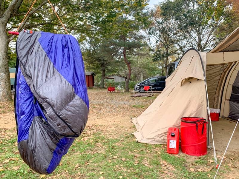 キャンプでハンガー使って干すダウンシェラフ