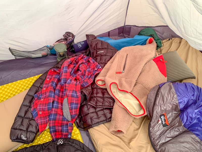 キャンプ時に散乱するアウター