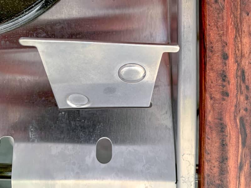 トッププレートの隙間に器具栓を入れます