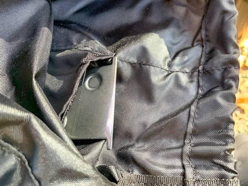 収納袋の裏に器具栓を入れる