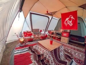 お座敷スタイルで冬キャンプはここまで快適になる!見た目も心地良いサイト作り実践