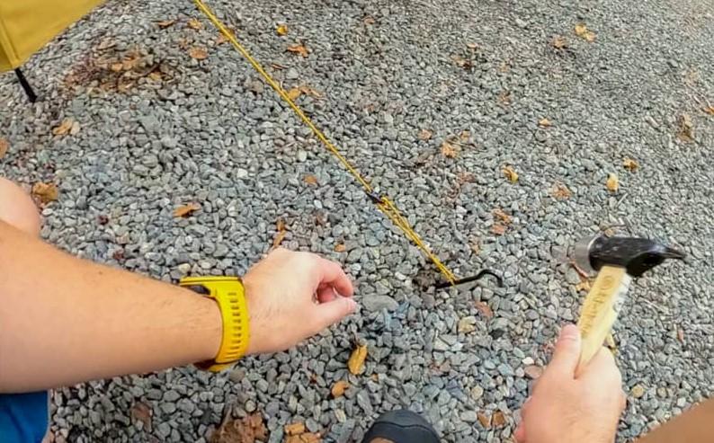 補強用のロープをペグダウン