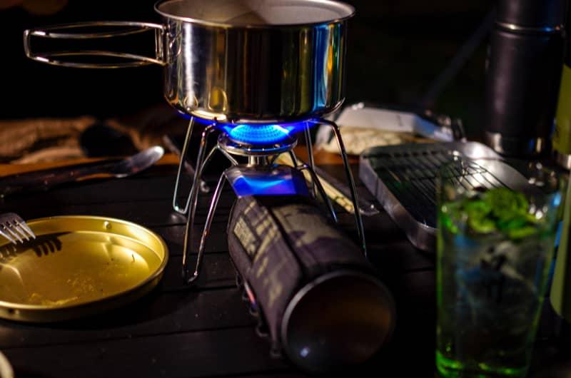 ガス缶を焚き火で温める