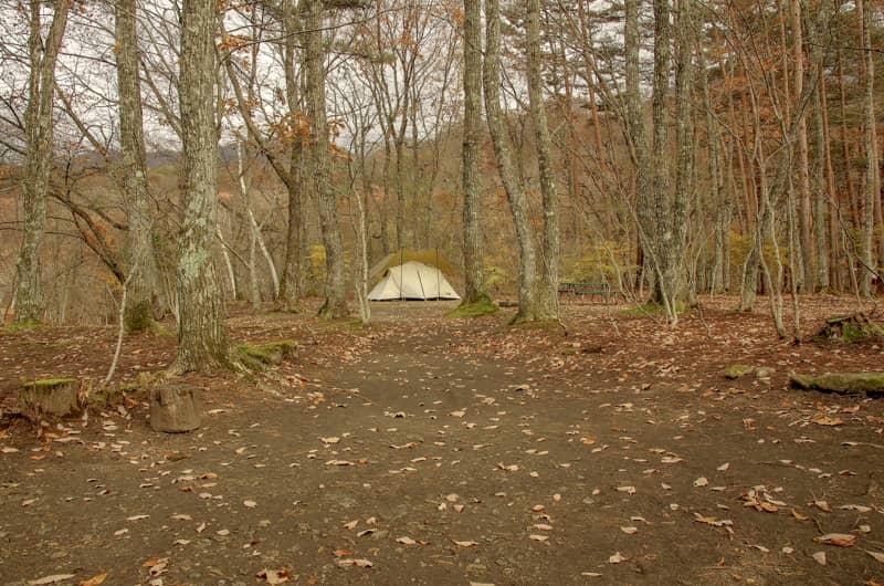 プライベート感のある広大な区画があるキャンプ場