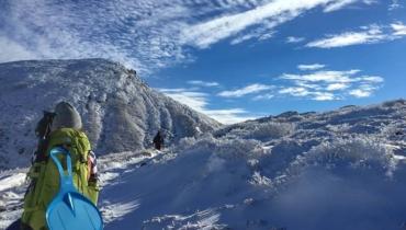 天然のスケートリンクが出現!?くじゅうの雪山登山には魅力がいっぱい!