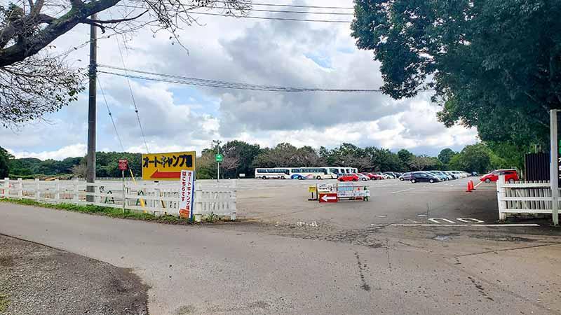 キャンプ場と駐車場の入り口