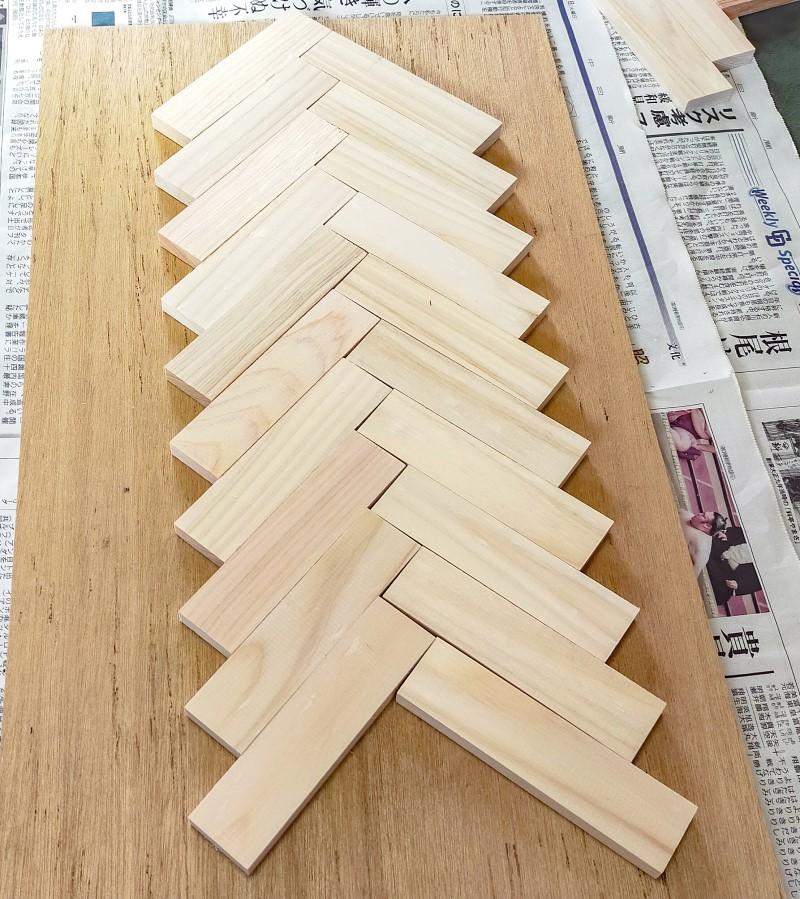 ヘリンボーンに組んだ木の板