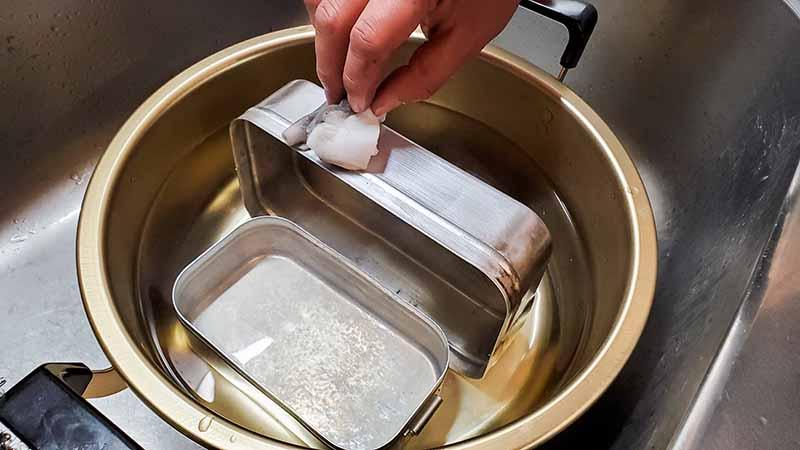メラニンスポンジで洗うメスティン