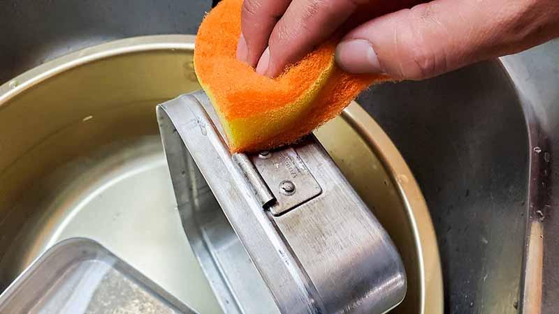 外側の汚れをスポンジで洗う