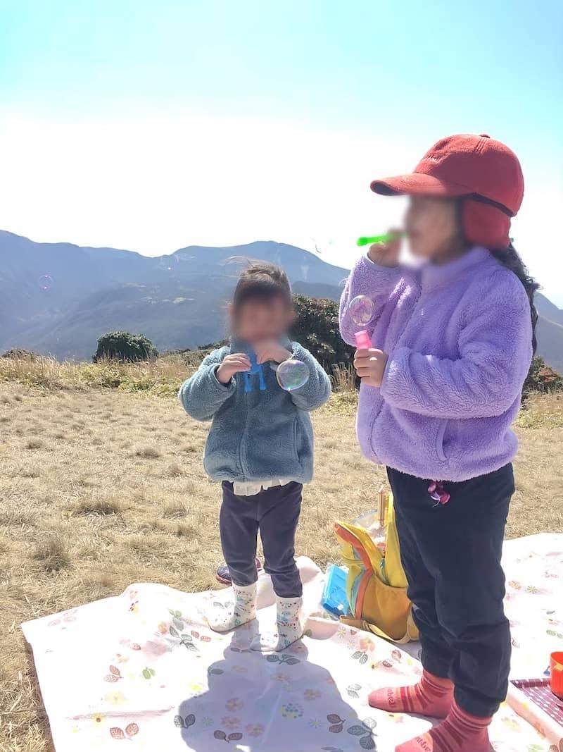 山頂でしゃぼん玉遊び