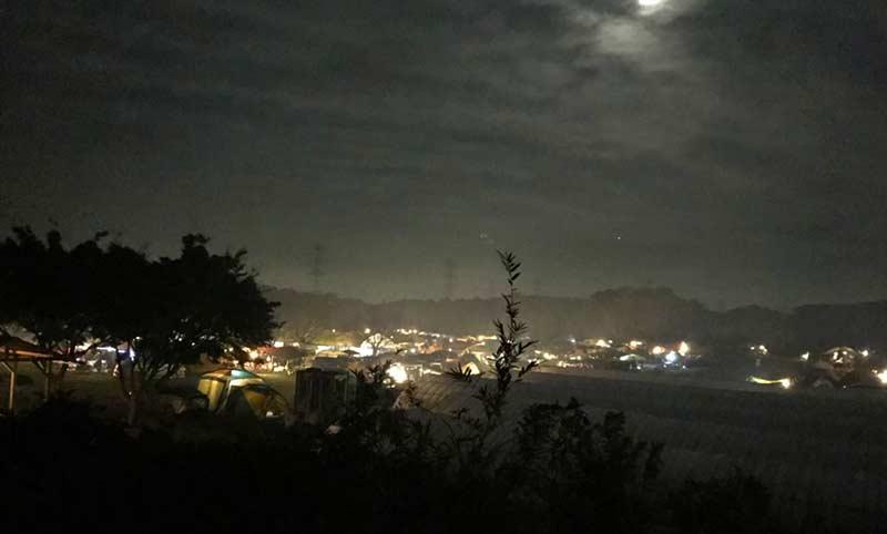 連休中の夜のキャンプ場
