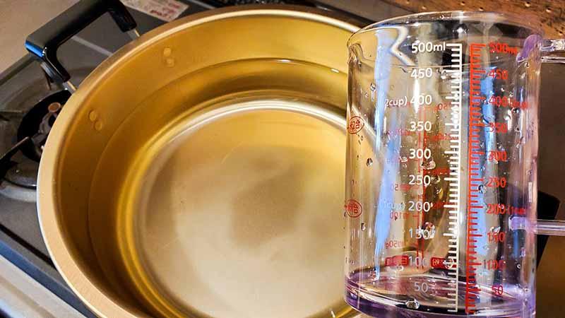 鍋と計量カップ