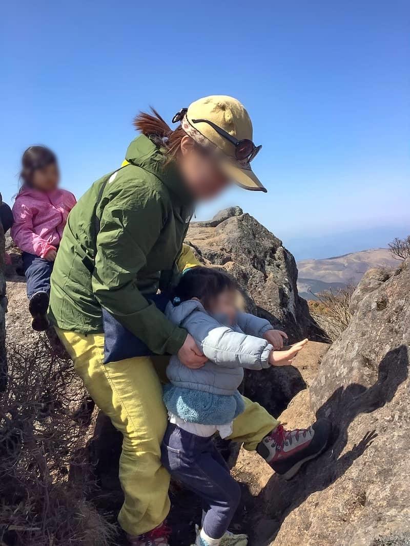 魔の2歳児が岩場を登ろうとしたり