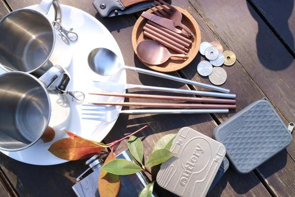世界最小!ポケットに収まるカードサイズのカトラリーセット「Outlery」が一般予約を開始!