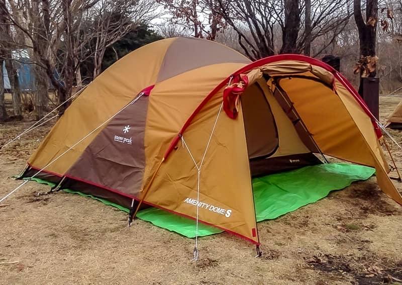 グランドシートがテントからはみ出ている