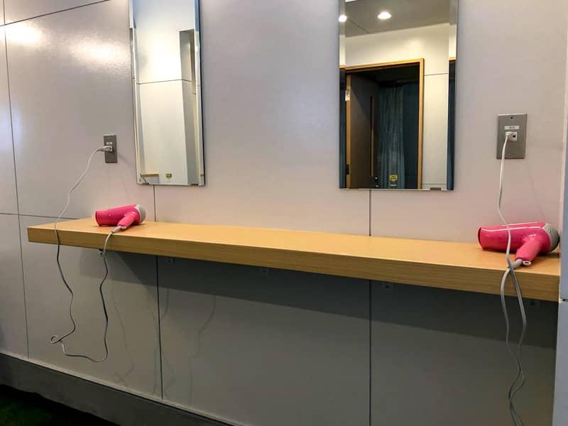 サニタリー棟の鏡付きカウンターとドライヤー