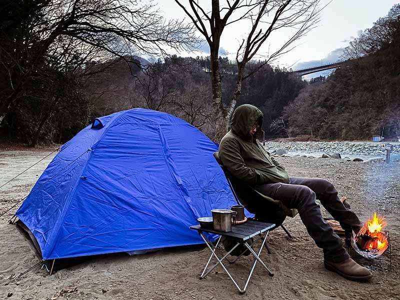 ダブルストラクチャーテントで冬キャンプを過ごす様子