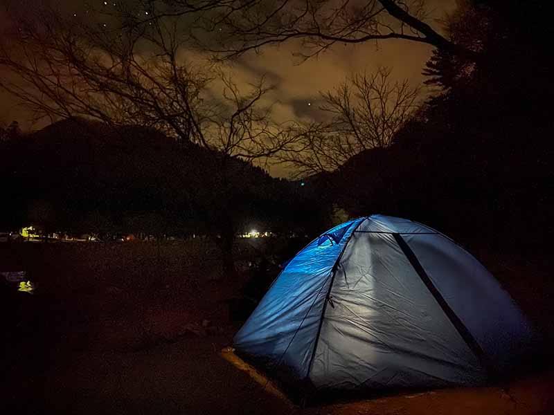 ダブルストラクチャーテントとキャンプ場の夜景